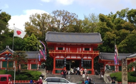 5月の「八坂神社」の西楼門 【旗のある風景】