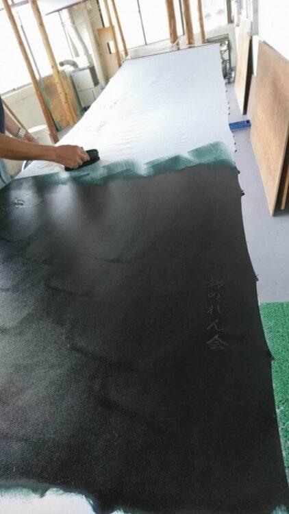 錦市場の「錦・川政」さまの「のれん作成」【作業風景】:3.刷毛(はけ)を使って手で染めます。