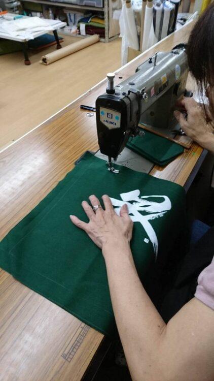 錦市場の「錦・川政」さまの「のれん作成」【作業風景】:7.ミシンで縫製し、アイロンをあてて、完成です。