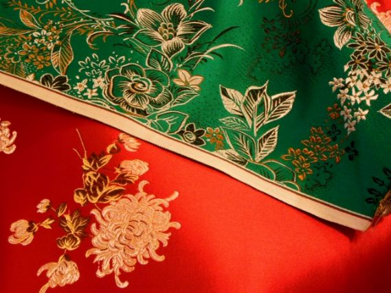 京刺繍が施された赤と緑の生地:刺繍の旗は社旗に最適 オリジナルもオーダーできる京刺繍の主な技法とは?:平岡旗製造株式会社(京都、手刺繍の老舗旗屋)