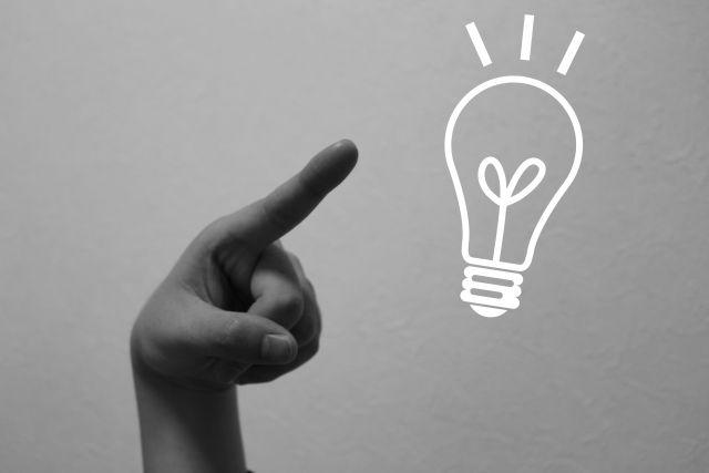 電球のイラストを指さす手:オリジナル作成でチームにあった旗を作ろう! ロゴ・フォント・テーマカラーの役割